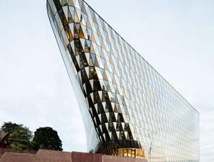 Szklana elewacja we współczesnej architekturze skandynawskiej. Aula Instytutu Karolinska pracowni Wingårdhs