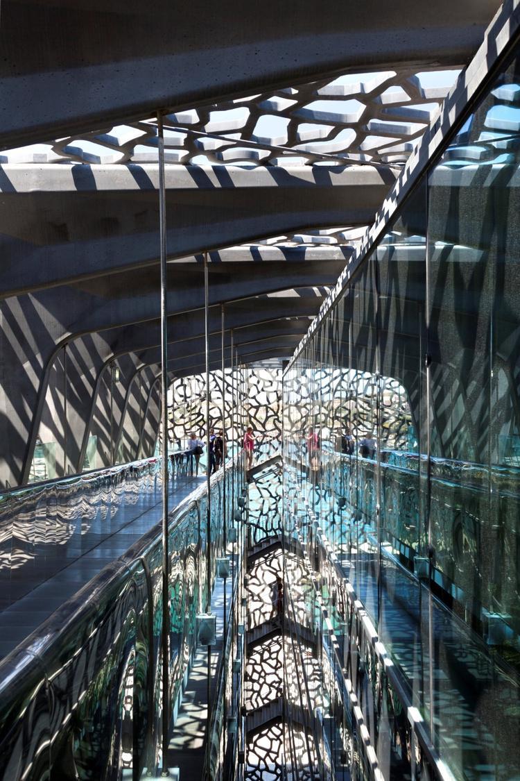Ażurowa elewacja z prefabrykowanych betonowych płyt. Współczesna architektura Francji