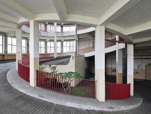 Garaż ze spiralnymi rampami przy Woronicza. Pierwszy wielopoziomowy garaż w Warszawie