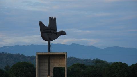 Mówi Nowoczesność: Le Corbusier o pomniku otwartej dłoni w Chandigarh [FILM]