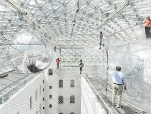 Spacer nad ziemią. Instalacja In Orbit Tomasa Saraceno