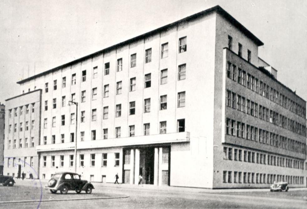 fotka z /zdjecia/Komisariat_Rzadu_z_nowym_skrzydlem_zbudowanym_w_1937__a.jpg
