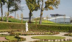 Otoczenie i dach Centrum Nauki Leonardo da Vinci w Podzamczu Chęcińskim