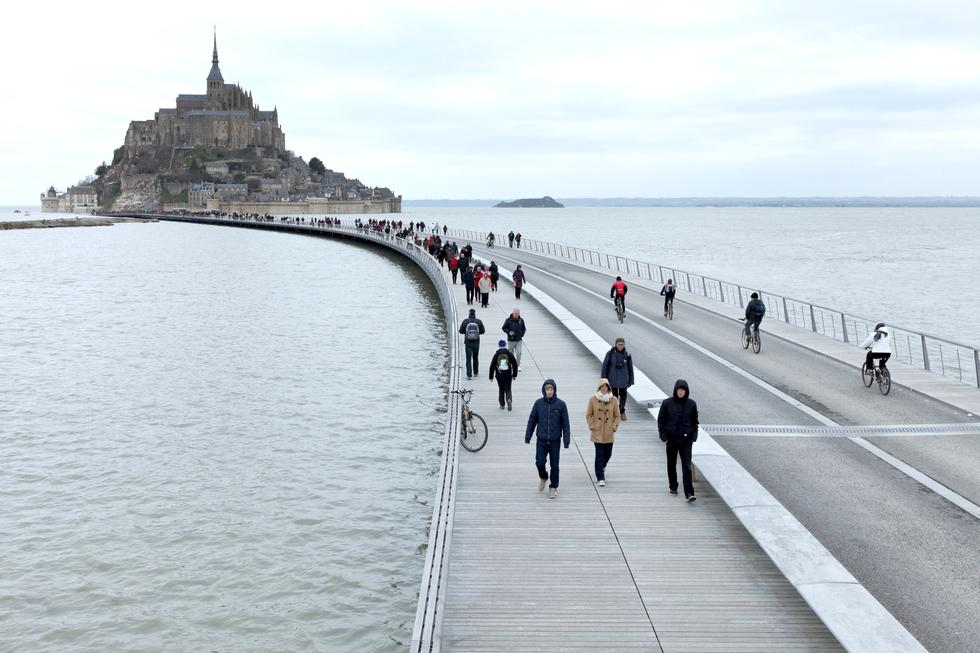Spacer po wodzie: most Mont-Saint-Michel
