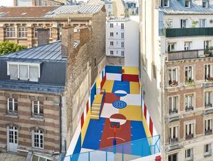 Cztery kolory - paryskie boisko do gry w koszykówkę
