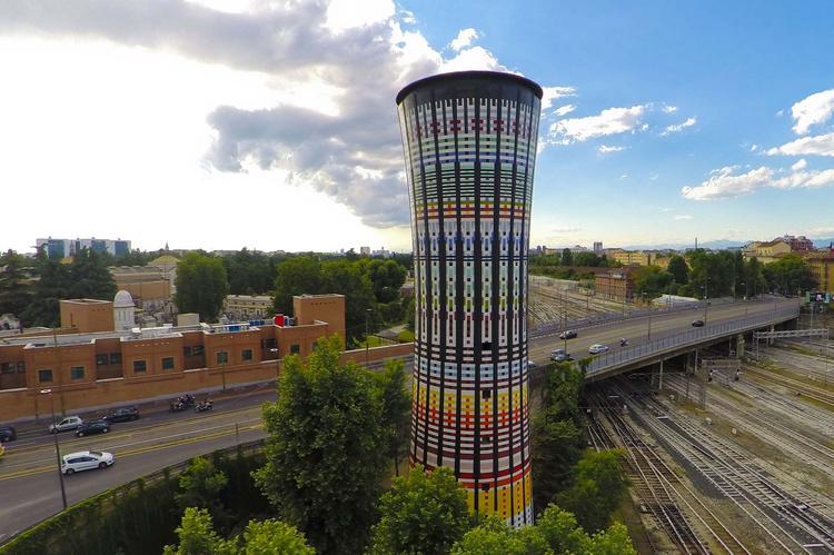 Tęczowa wieża w Mediolanie