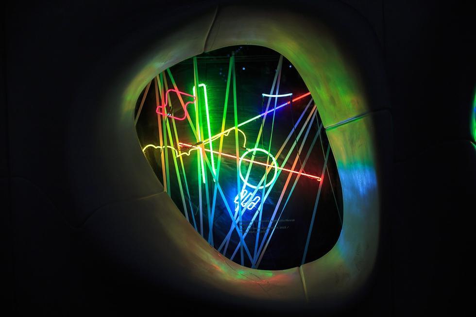 Nowa Wola w świetle neonów