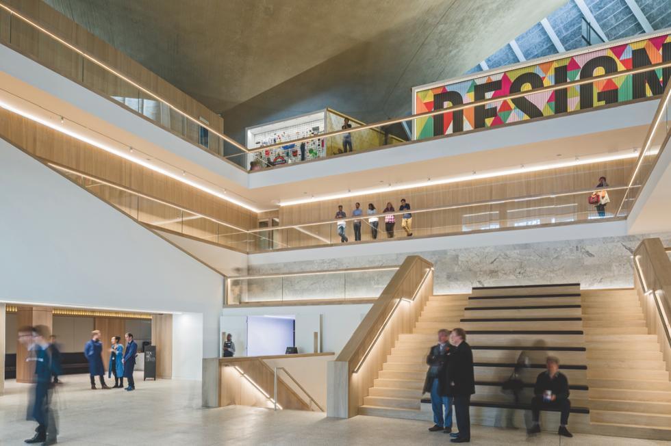 Centralne schody w atrium wyłożono panelami dębowymi