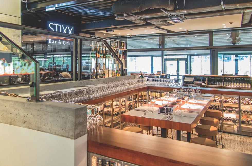 Restauracja Stixx Bar & Grill, za kontuarem