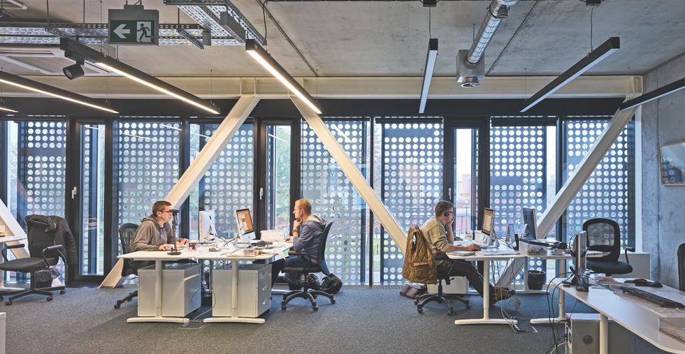 """Siedziba tygodnika """"Wiadomości Wrzesińskie"""". Open space na pierwszym piętrze budynku"""