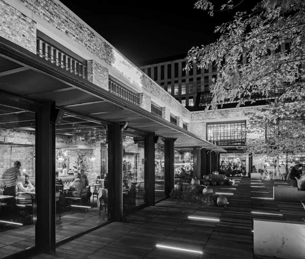 Hala Koszyki, restauracje na parterze, widok od strony dziedzińca