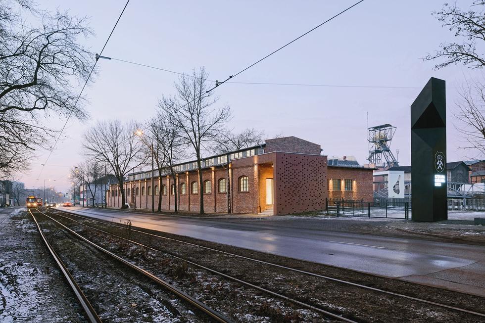 Poza oczyszczeniem elewacji i dwiema niewielkimi dobudówkami od strony szczytowych ścian, obiekt nie uległ znaczącym zmianom; widok od ulicy Wolności