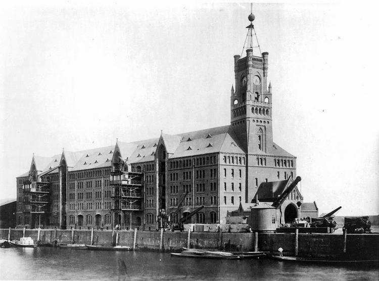 Pierwszy magazyn zbudowany w 1875 roku został zniszczony podczas II wojny światowej