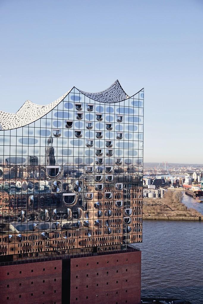 Szklaną fasadę wykonano ze 1100 zestawów o szerokości 4-5 m