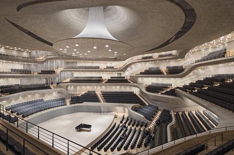 Główna sala koncertowa ma wysokość 25 m, rozpiętość dochodzącą do 50 m i może pomieścić 2100 osób