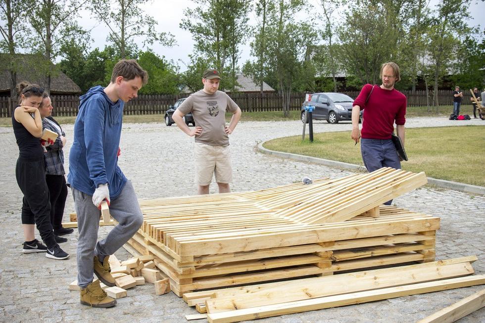 Studenci projektują z drewna. Relacja z warsztatów 1m3 w Tokarni