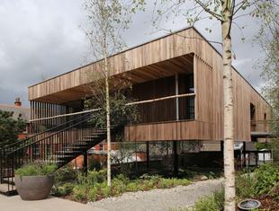 Klejone drewno w architekturze - Centrum Maggie's w Oldham