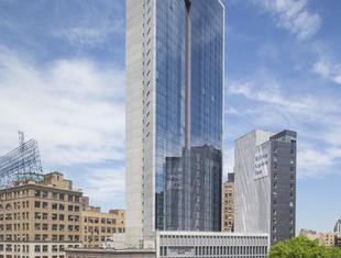 Nowoczesny wieżowiec Nowego Jorku z innowacyjną fasadą elementową Aluprof