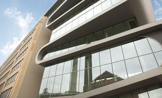 Tańczący wąż ze szkła. Nowy biurowiec koncernu Umicore w Antwerpii