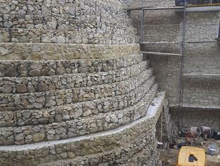Budowanie na skarpie – o konstrukcji szkoły w Kazimierzu Dolnym Piotr Dzidek i Grzegorz Komraus