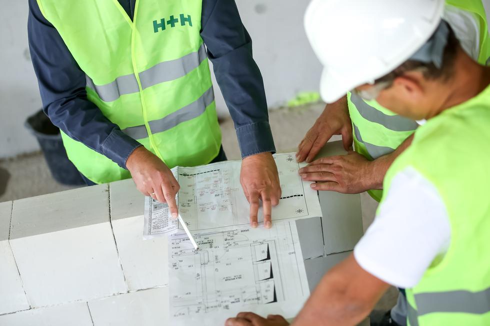 Projekt domu w zabudowie szeregowej. Jakie rozwiązania zagwarantują ciszę i prywatność?