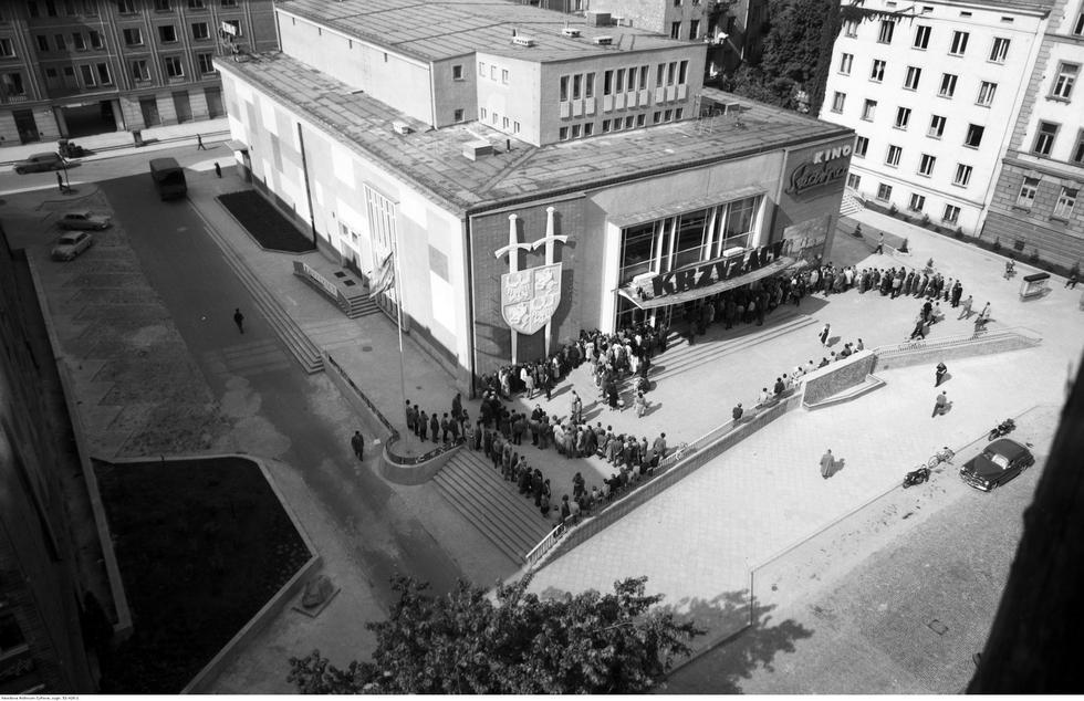 Kina w Warszawie: architektura stołecznych kin w kontekście zmieniających się potrzeb i oczekiwań widzów