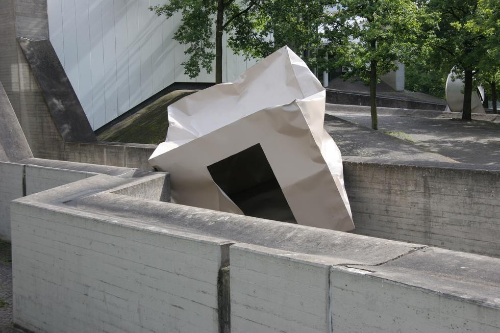 Monika Sosnowska: topografie modernizmu. Monografia dorobku artystyki w warszawskiej Zachęcie