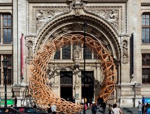Konstrukcja Timber Wave ozdobą wejścia do Muzeum Wiktorii i Alberta w Londynie