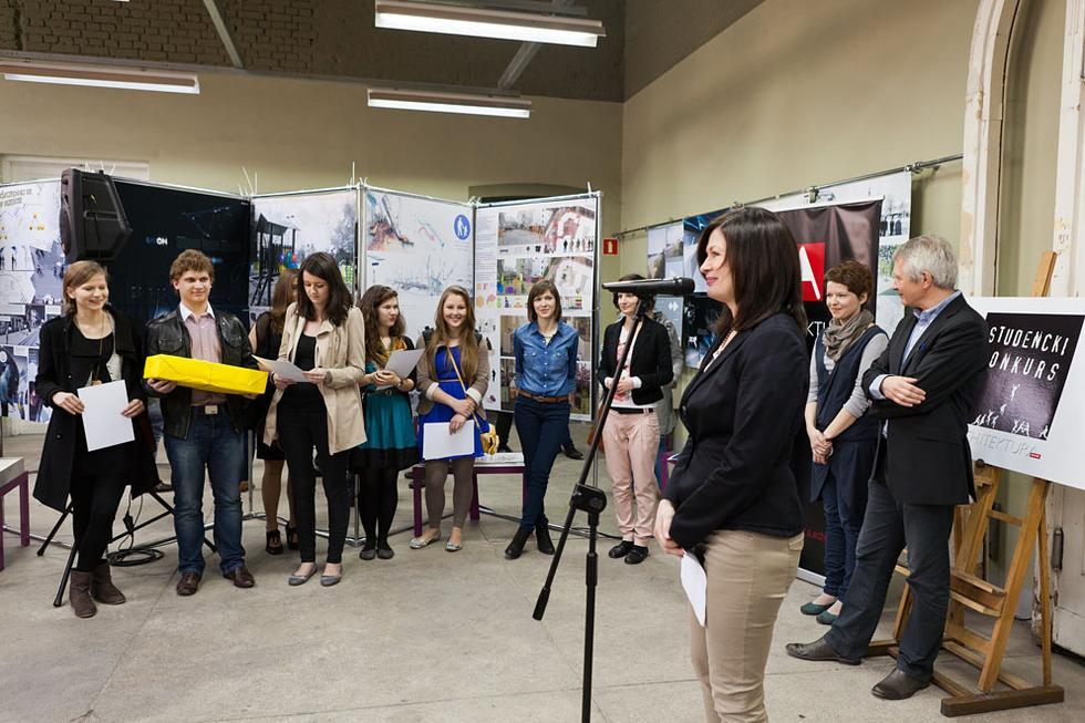 Ogłoszenie wyników konkursu - laureaci konkursu, na pierwszym planie Ewa P. Porębska