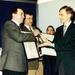 Nagrodę dla Najlepszego Budynku Warszawy 1989-1995 z rąk Marcina Święcickiego odbierają Stefan Kuryłowicz  i Włodzimierz Łuksza