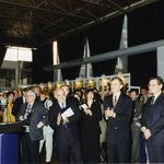 W pierwszym rzędzie od lewej: Christiano Pinzautti, prezes firmy Olivetti Solutions, Ewa P. Porębska,  prezydent Warszawy Marcin Święcicki, Sekretarz Stanu w MKiS Sławomir Ratajski, mecenas Edward Wen
