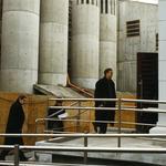 Od lewej: jurorzy Marek Mikos, Stanisław Fiszer, Jacek Cybis ogladają modernizację Szarej Willi