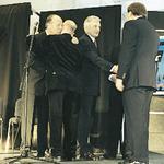 Andrzej Wejchert i Tadeusz Zielniewicz, nominowani do nagrody głównej w kategorii obiektów użyteczności publicznej, odbierają nagrodę od Jerzego Buzka i Stanisława Fiszera