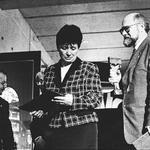 Od lewej: Sławomir Najniger, Teresa Jakutowicz,  Jacek Lenart z nagrodą Prezesa Urzędu Mieszkalnictwa i Rozwoju Miast