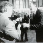 Prezydent Gdańska Paweł Adamowicz wręcza nagrodę przedstawicielowi inwestora Portu Lotniczego Gdańsk-Rębiechowo Włodzimierzowi Machczyńskiemu