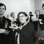 Kraków: Jacek Ewý, Krzysztof Ingarden i Krystyna Zachwatowicz z nagrodą przyznaną Centrum Sztuki i Techniki Japońskiej Manggha