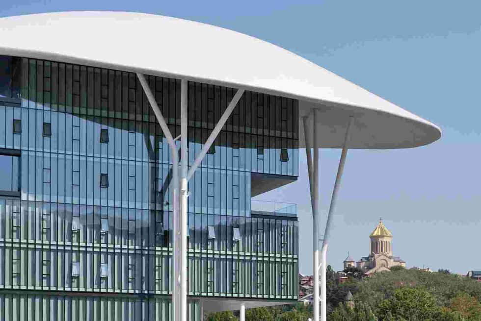Ministerstwo Sprawiedliwości w Tbilisi; konstrukcja przeszklonej ściany kurtynowej jest całkowicei niezależna od konstrukcji zadaszenia przekrywającego cały zespół; ©Studio Fuksas