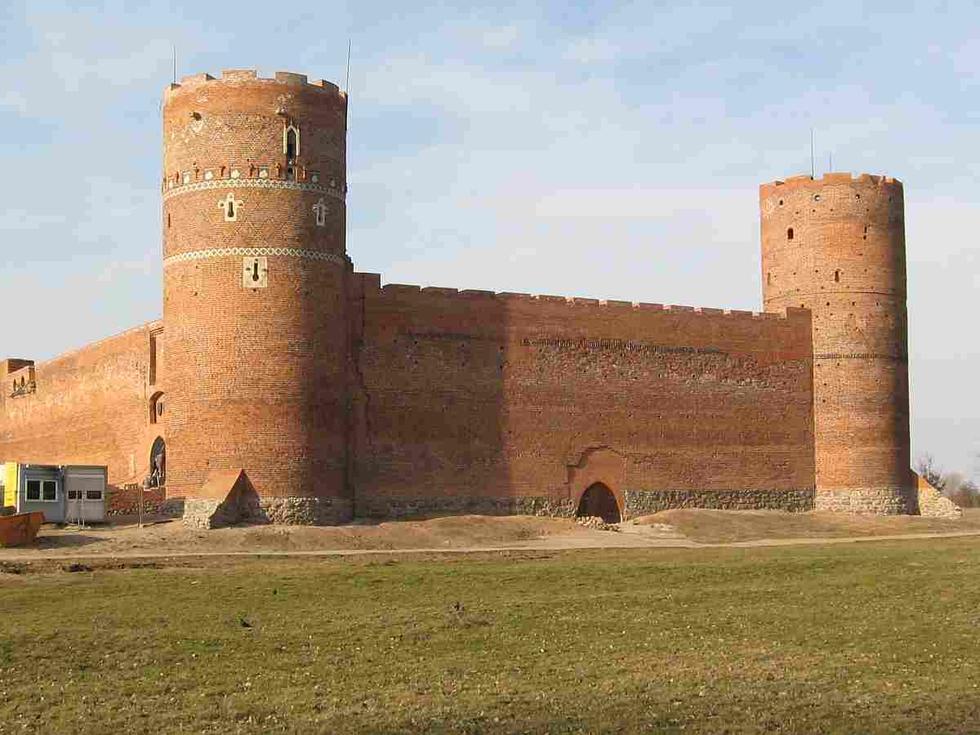Zamek w Ciechanowie po pierwszym etapie rewitalizacj; widoczne wejscie do Domu Małego