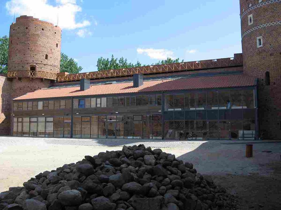 Dziedziniec zamku w Ciechanowie z widokiem na Dom Mały