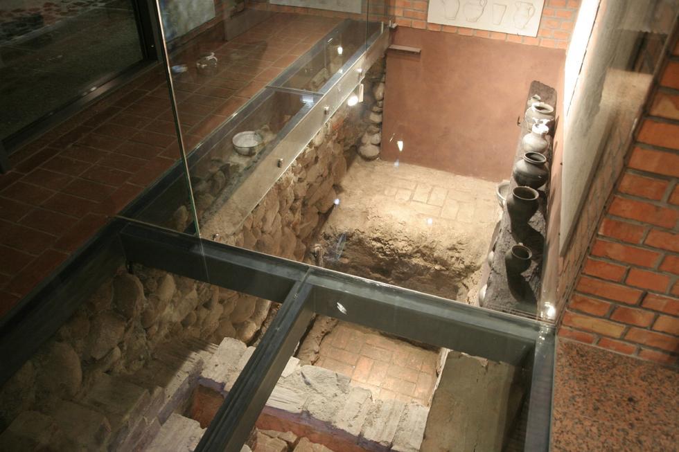 Dom Mały, Ciechanów - ekspozycja archeologiczna pod szklaną posadzką